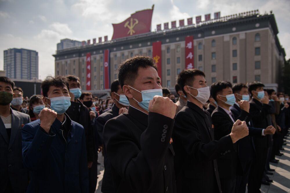 Migliaia di persone in mascherina partecipano alla manifestazione dedicata all'inizio della campagna a sostegno del prossimo 8° Congresso del Partito dei Lavoratori della Corea in Piazza Kim Il Sung a Pyongyang, Corea del Nord, lunedì 12 ottobre 2020.