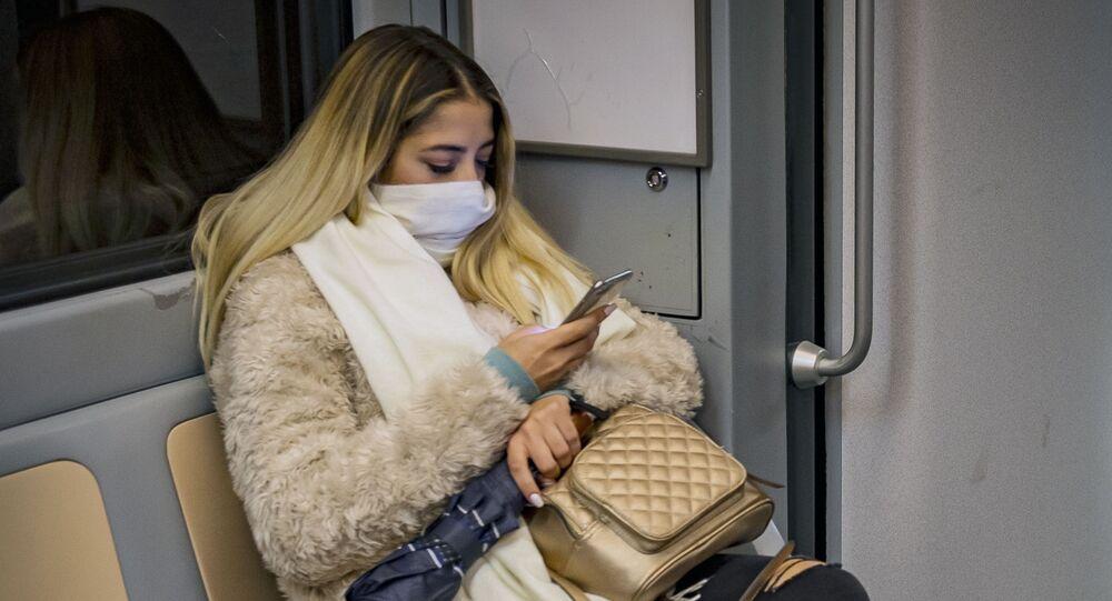 Donna in viaggio in metropolitana