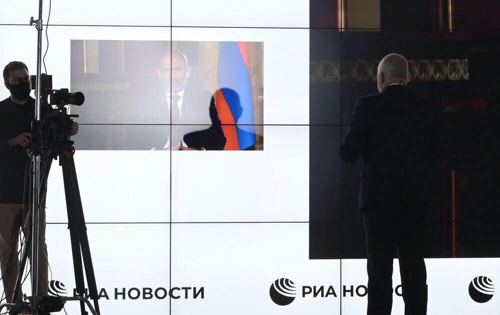 Il premier armeno Pashinyan risponde alle domande in videoconferenza