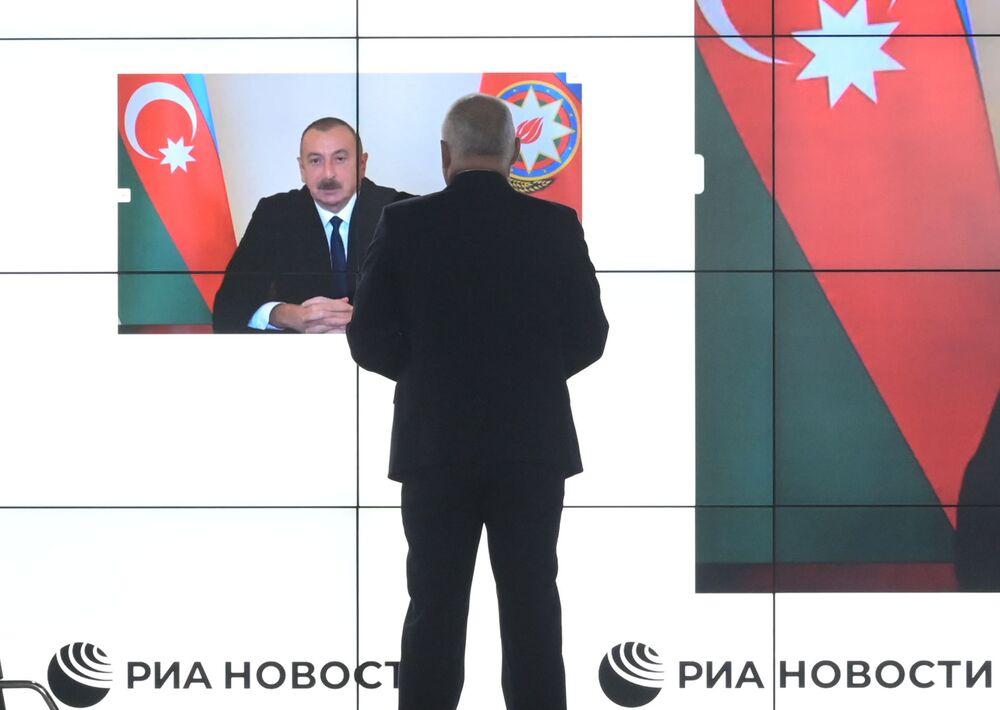 Il presidente azero Aliyev risponde alle domande in videoconferenza
