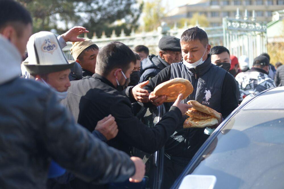 Distribuzione di pane ai manifestanti a Bishkek