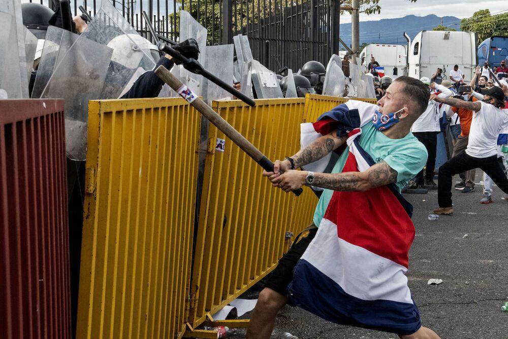 Manifestanti che protestavano contro l'aumento delle tasse durante lo scontro con la polizia a San Jose, in Costa Rica
