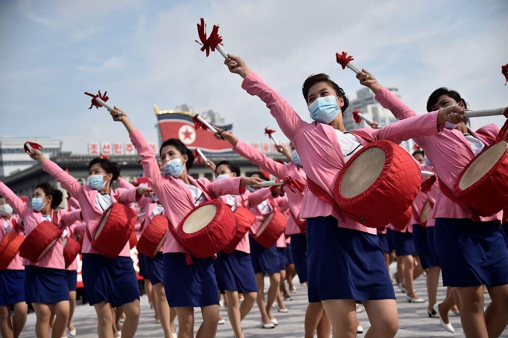 I partecipanti partecipano a una manifestazione che segna l'inizio di una Campagna di 80 giorni a sostegno del prossimo 8° Congresso del Partito dei Lavoratori della Corea (WPK) che si terrà a gennaio 2021 , in piazza Kim Il Sung a Pyongyang