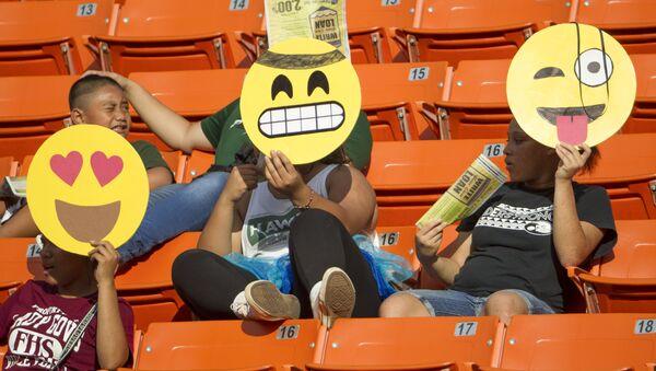 Tifosi con emoji sugli spalti a Honolulu - Sputnik Italia