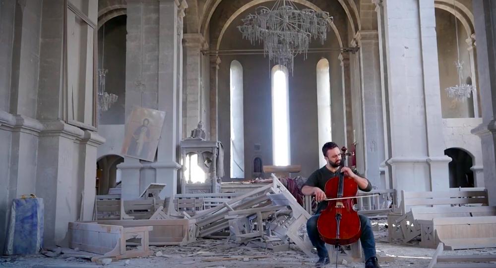 Nagorno-Karabakh: violoncellista armeno suona nella cattedrale distrutta a Shushi