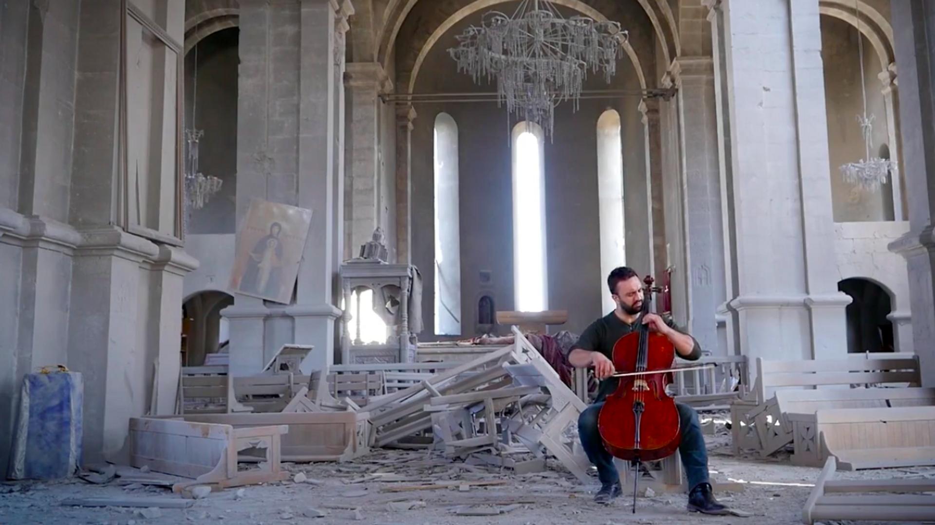 Nagorno-Karabakh: violoncellista armeno suona nella cattedrale distrutta a Shushi - Sputnik Italia, 1920, 01.06.2021