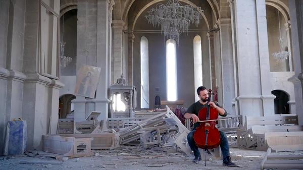 Nagorno-Karabakh: violoncellista armeno suona nella cattedrale distrutta a Shushi - Sputnik Italia