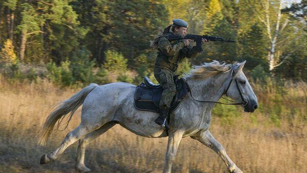 Una donna cadetto dell'alta scuola di comando a Ryazan durante la lezione di equitazione. - Sputnik Italia