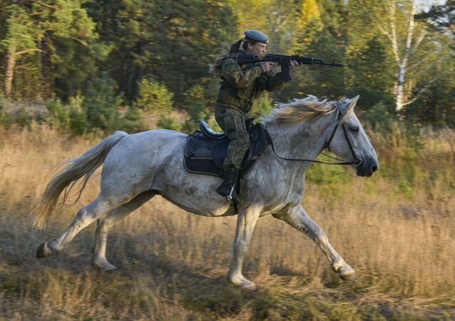 Una donna cadetto dell'alta scuola di comando a Ryazan durante la lezione di equitazione.