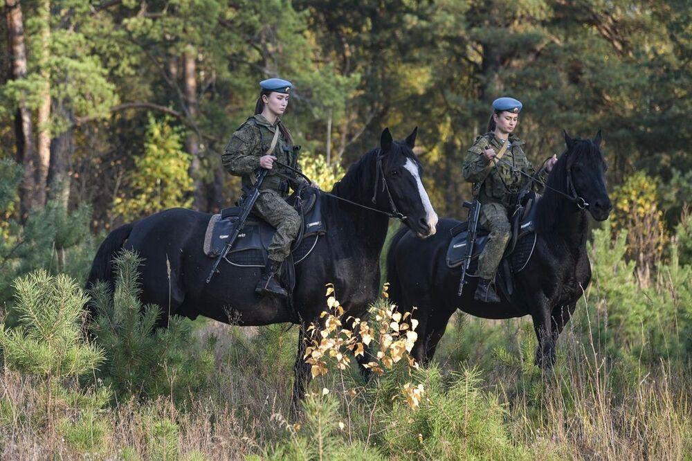 Le donne cadetto dell'alta scuola di comando a Ryazan durante la lezione di equitazione.