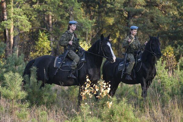 Le donne cadetto dell'alta scuola di comando a Ryazan durante la lezione di equitazione. - Sputnik Italia