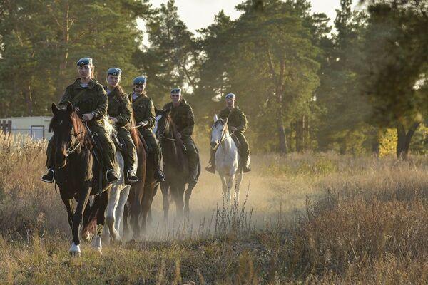Le studentesse dell'alta scuola di comando a Ryazan durante la lezione di equitazione. - Sputnik Italia