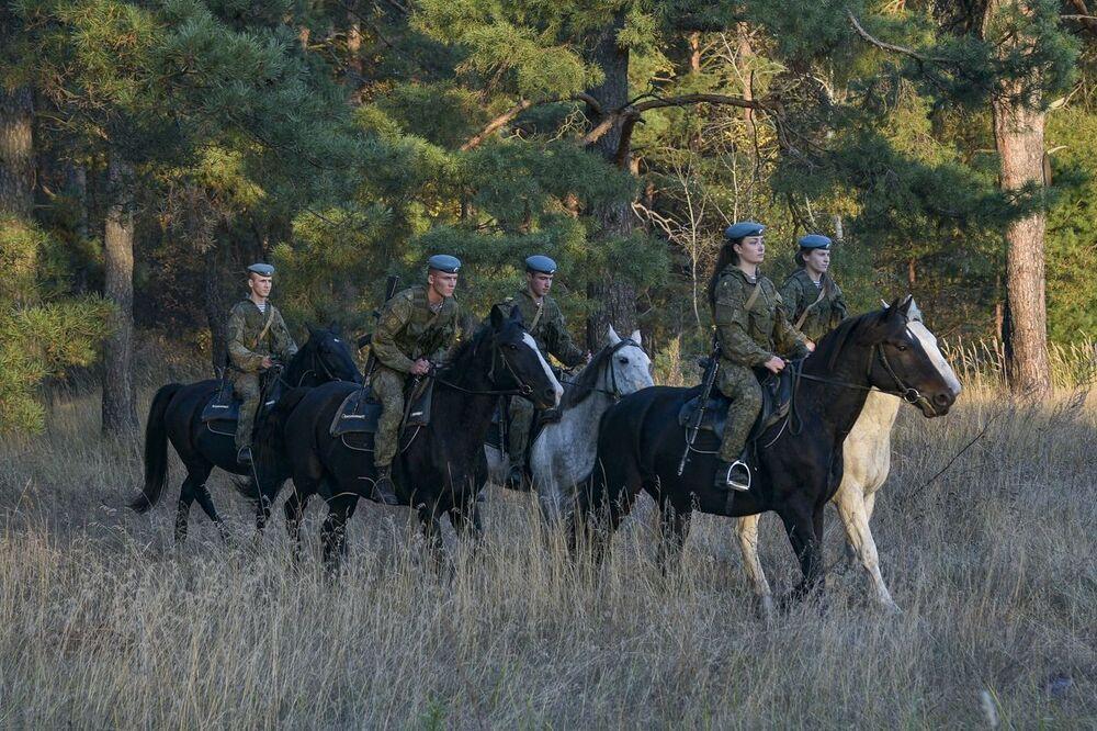Le studentesse dell'alta scuola di comando a Ryazan durante la lezione di equitazione.