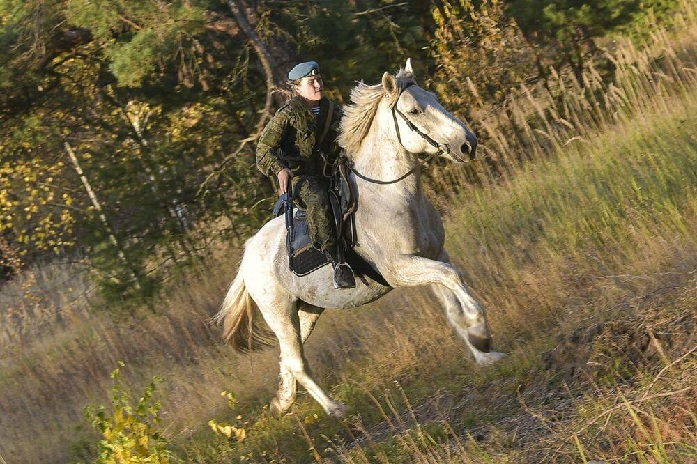 Una studentessa  dell'alta scuola di comando a Ryazan durante la lezione di equitazione.