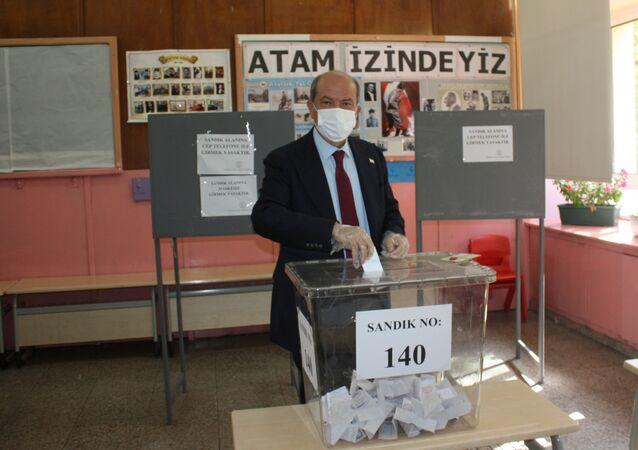 Ersin Tatar al voto