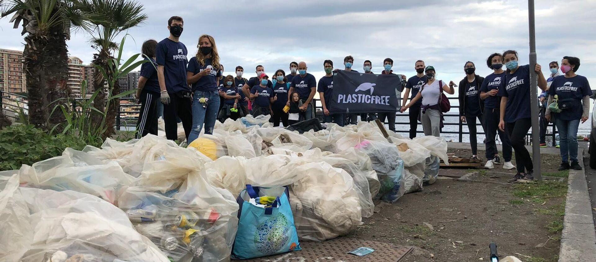 Giornata nazionale raccolta plastica, volontari  Plastic Free a Catania - Sputnik Italia, 1920, 18.10.2020