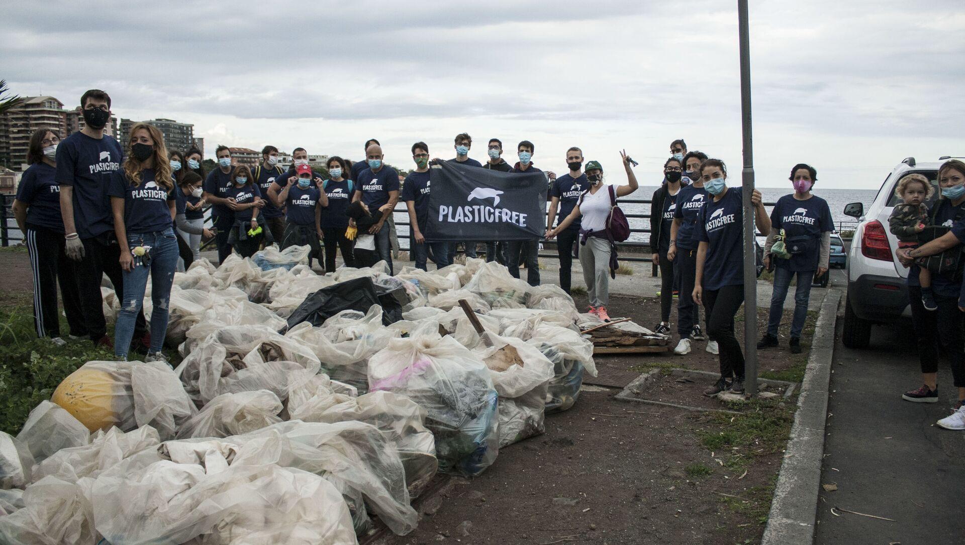 Giornata nazionale raccolta plastica, volontari  Plastic Free a Catania - Sputnik Italia, 1920, 21.03.2021