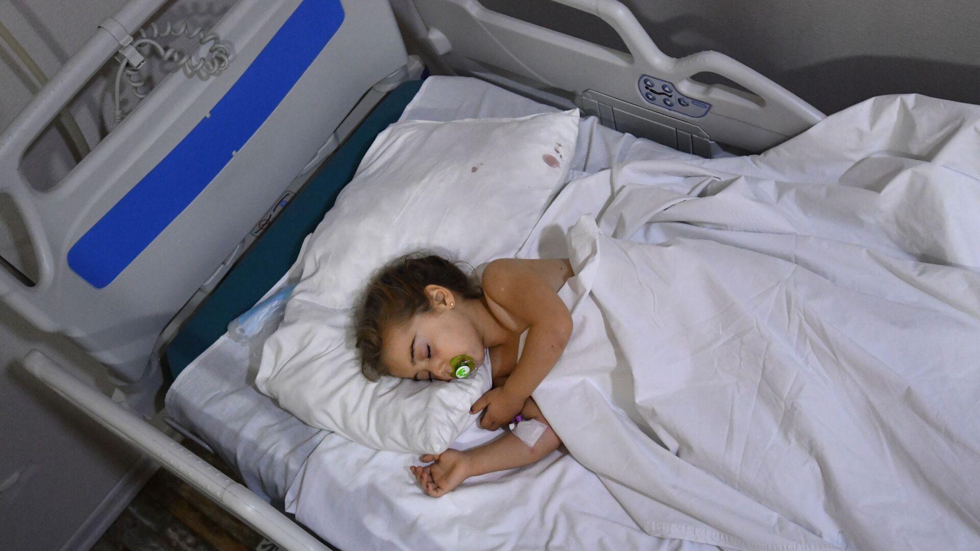 Bambina ferita durante l'attacco missilistico a Ganja  - Sputnik Italia, 1920, 11.08.2021
