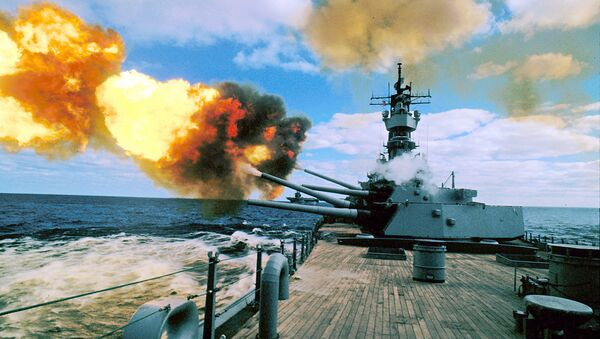 In this Dec. 16, 1987 file photo, the battleship USS Iowa fires its 16-inch guns during duty in the Persian Gulf. - Sputnik Italia