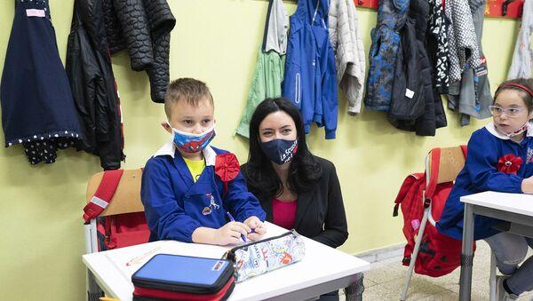 La Ministra dell'Istruzione Lucia Azzolina visita l'Istituto comprensivo Francesco Gesuè.   - Sputnik Italia