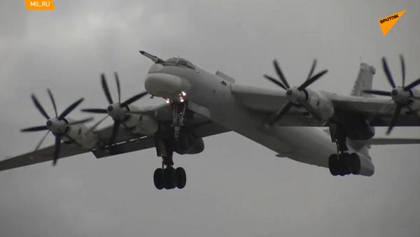 Bombardieri strategici russi Tu-95MS scortati da caccia americani in Estremo Oriente  - Sputnik Italia