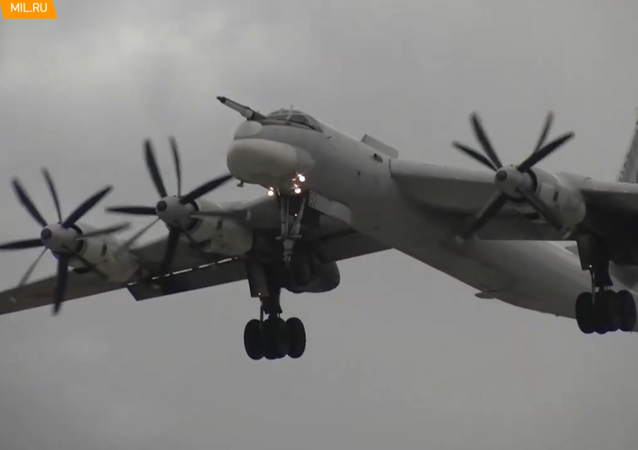 Bombardieri strategici russi Tu-95MS scortati da caccia americani in Estremo Oriente - Video