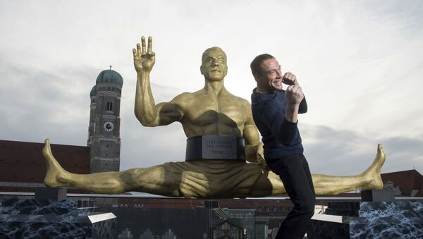 Actor Jean-Claude Van Damme strikes a pose during a press conference to announce his upcoming lead role, in Munich, Germany Thursday Dec. 14, 2017 - Sputnik Italia