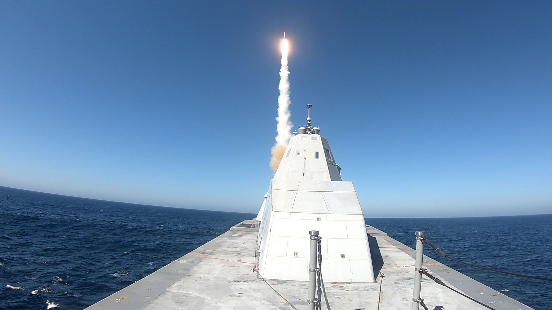 USS Zumwalt (DDG 1000) successfully executed the first live fire test of the MK 57 Vertical Launching System with a Standard Missile (SM-2) on the Naval Air Weapons Center Weapons Division Sea Test Range, Point Mugu, Oct. 13. - Sputnik Italia, 1920, 26.08.2021