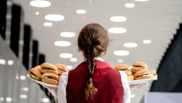 Una cameriera serve degli hamburger - Sputnik Italia
