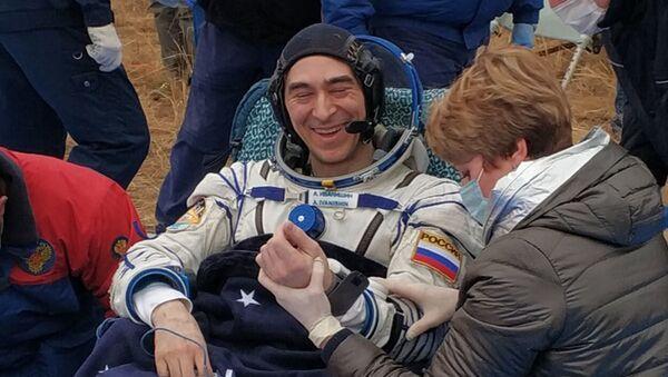 Anatoly Ivanishin, un membro dell'equipaggio della ISS-63, cosmonauta Roscosmos, dopo l'atterraggio dell'equipaggio di Soyuz MS-16 nella steppa kazaka - Sputnik Italia