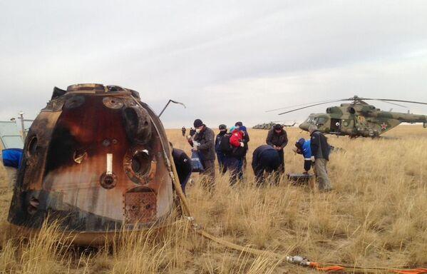 Due cosmonauti russi e uno statunitense sono atterrati nelle steppe del Kazakistan dopo aver passato sei mesi nello spazio. - Sputnik Italia