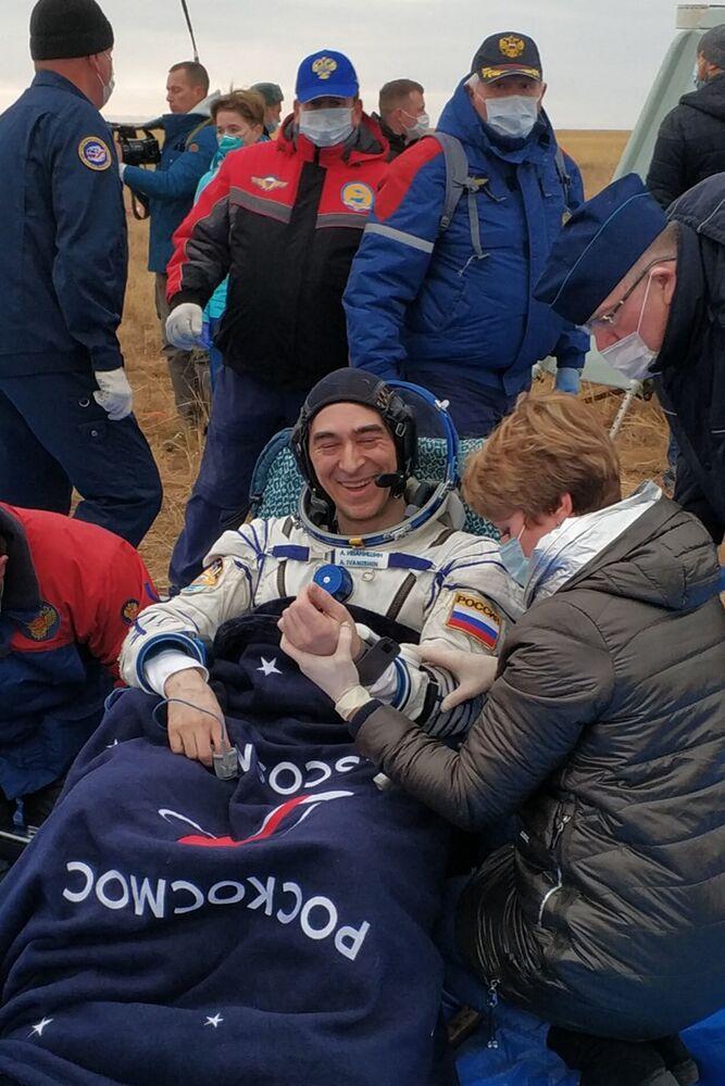 Anatoly Ivanishin, un membro dell'equipaggio della ISS-63, cosmonauta Roscosmos, dopo l'atterraggio dell'equipaggio di Soyuz MS-16 nella steppa kazaka