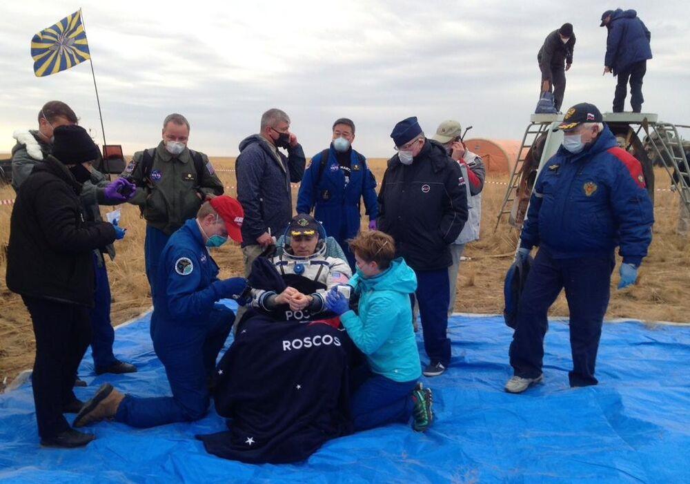 Dopo l'atterraggio, l'astronauta della NASA e il comandante della spedizione 63 Chris Cassidy e i cosmonauti Anatoly Ivanishin e Ivan Vagner di Roscosmos, saranno trasportati nella città di sosta di recupero a Karaganda, in Kazakistan, da elicotteri russi.