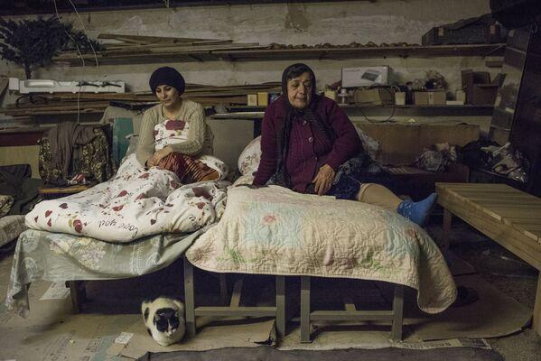 Donne nel seminterrato della loro casa a Stepanakert, Nagorno Karabakh. - Sputnik Italia