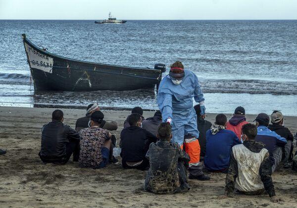 Controllo di temperatura ai migranti marocchini a causa del coronavirus sulla costa delle Isole Canarie. - Sputnik Italia