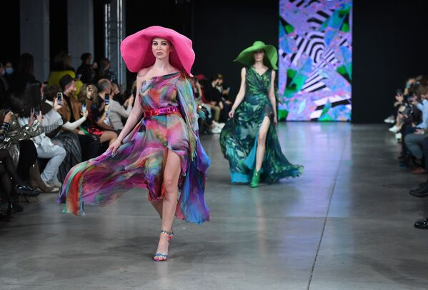 Le modelle presentano gli abiti della collezione Julia Dalakian nel corso della Settimana della moda Mercedes Benz Fashion Week Russia.  - Sputnik Italia
