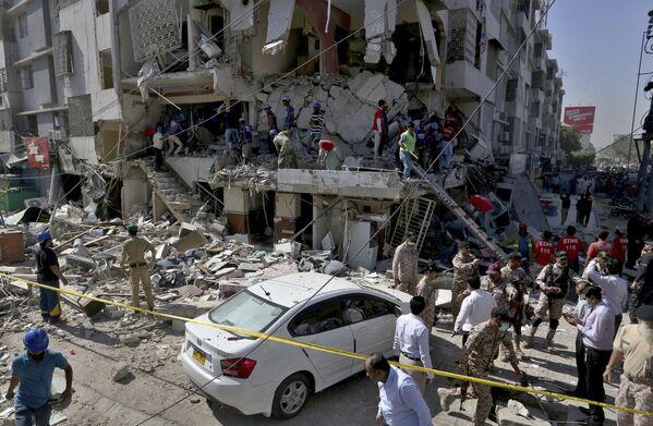 I soccorritori cercano i sopravvissuti nell'edificio distrutto a causa dell'esplosione a Karachi, Pakistan.  - Sputnik Italia