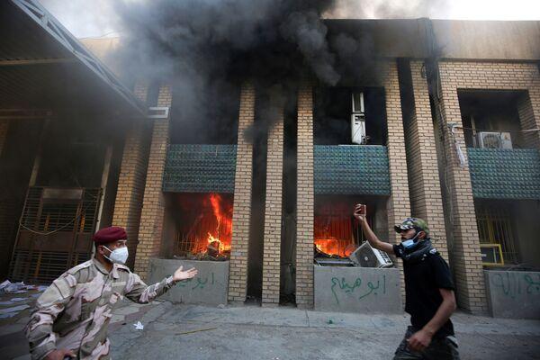 Gli aderenti di Hashed al Shaabi incendiano quartier generale del partito democratico curdo a Bagdad, Iraq.  - Sputnik Italia