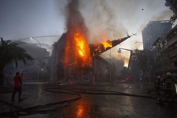 La cupola della chiesa dell'Assunzione a Santiago incendiata durante la manifestazione a Cile.   - Sputnik Italia