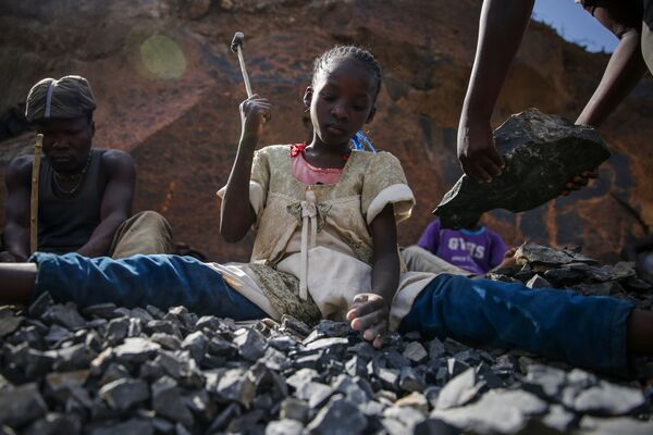 Una ragazza lavora in cava di pietra, Nairobi, Kenya.  - Sputnik Italia