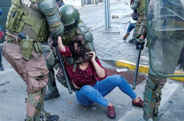 Polizia e una partecipante della manifestazione a Valparaiso, Cile.  - Sputnik Italia
