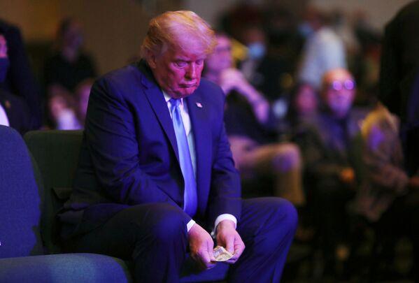 Il presidente degli Stati Uniti Donald Trump conta i soldi nella Chiesa internazionale di Las Vegas a Las Vegas, Nevada, Stati Uniti, 18 ottobre 2020.  - Sputnik Italia