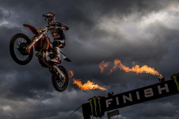 Lo spagnolo Jorge Prado Garcia taglia il traguardo e vince il motocross MXGP Grand Prix, Lommel, Belgio.   - Sputnik Italia