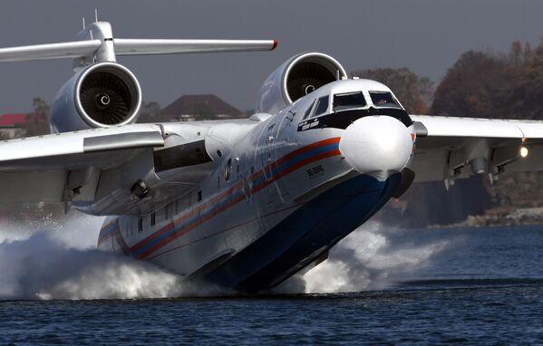 L'aereo anfibio multiuso Be-200ES durante le esercitazioni finalizzate a praticare l'interazione tra aviazione del Ministero delle situazioni di emergenza con i servizi di soccorso terrestri e marittimi, Primorye, Russia.   - Sputnik Italia