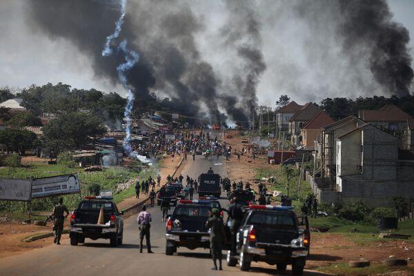 La polizia di Nigeria usa il lacrimogeno durante li scontri a Apo, Abuja, Nigeria. - Sputnik Italia
