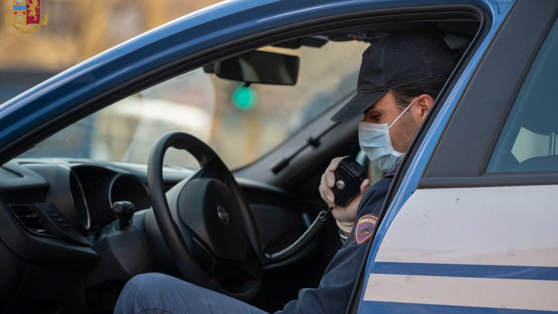 Polizia di Stato, un agente in una volante - Sputnik Italia, 1920, 07.04.2021