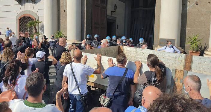 Gli operai protestano davanti alla prefettura di Napoli per l'annuncio dell'azienda che ha deciso di chiudere i cancelli dello stabilimento partenopeo il 31 ottobre.