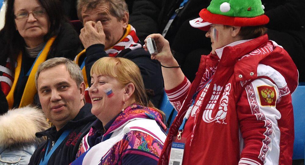 Alexander Petrov, primo da sinistra in basso, insieme alla moglie alle Olimpiadi di Sochi 2014