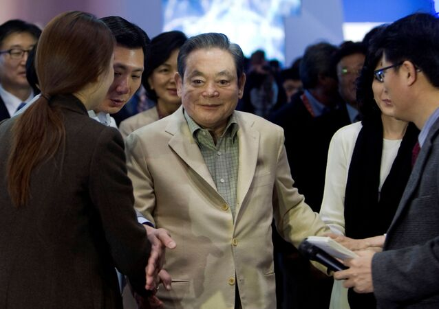 Samsung Electronics Chairman Lee Kun-hee meets with reporters after touring the Samsung booth at the 2012 International Consumer Electronics Show (CES) in Las Vegas, Nevada January 12, 2012.