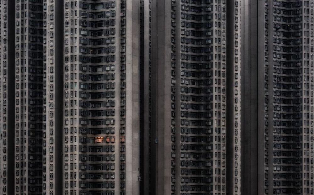 La foto Solo a casa del fotografo cinese-ungherese Attila Balogh,  che è stata la vincitrice nella categoria Architettura e spazio urbano del concorso Siena International Photo Awards 2020.